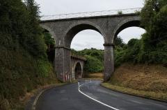 Pont des Courses - Deutsch: Die zwei derzeit ungenutzten Eisenbahnbrücken über die route des Courses in St-Brieuc, Zustand 2015