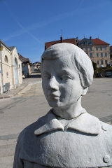 Monument aux morts - Français:   Détail du visage de l\'écolier.