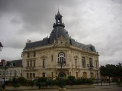 Hôtel de Caisse d'Epargne - Français:   Caisse d\'Épargne de Dreux (Eure-et-Loir, France), vue depuis la place Metezeau