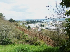 Tumulus de Réuniou - Brest: les accès au port et à la ville depuis le sud-est (voie expresse venant de Quimper, voie ferrée venant de Paris, à l'arrière-plan, les ponts Albert Louppe et de l'Iroise)