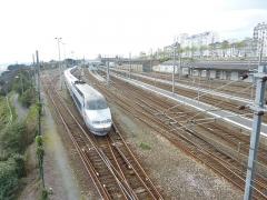 Tumulus de Réuniou - Brest: Un TGV Atlantique quittant la gare de Brest (photo prise depuis la passerelle du Merle Blanc)