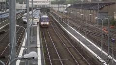 Tumulus de Réuniou - Nederlands: TER trein verlaat het station. Foto genomen vanaf de loopbrug.