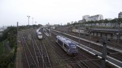 Tumulus de Réuniou - Nederlands: TER trein komt aan in Brest. Foto genomen vanaf de loopbrug.
