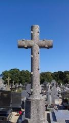 Eglise Saint-Pierre - Français:   Croix écotée au cimetière de Saint-Pol-de-Léon (Finistère)