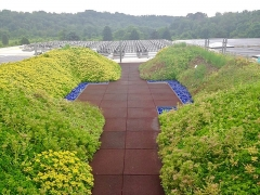 Château de Baricci - English: A walkway through a rooftop garden leads to a solar array. Located near Pittsburgh, PA.