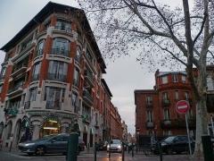 Immeuble situé 4 square Boulingrin - Français:   La rue des Potiers, depuis le Boulingrin à Toulouse (Haute-Garonne, France). Sur la gauche un immeuble d\'Edmond Pilette et Jean Valette (1934).