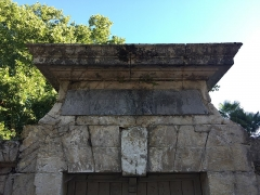 Ancienne tannerie royale - English: Pediment of pedestrian entrance to tannery