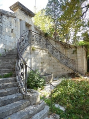 Ancienne tannerie royale - English: Royal Tannery of Lectoure - double semi-circular staircase and railing of pedestrian entrance in triangular courtyard