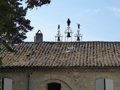 Ancienne tannerie royale - English: Royal Tannery of Lectoure - roof with three small bells on supporting ironwork, adorned with silhouettes of carved metal depicting the Virgin surrounded by two angels sounding a trumpet mounted above the former clock