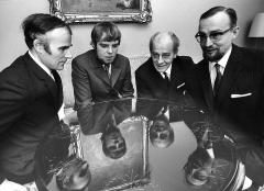 Immeuble - English: Photograph of four awarded Finnish playwrights: Jouko Puhakka (left), Juhani Peltonen, Lauri Leskinen, and Paavo Haavikko