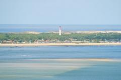 Phare - Français:   Une partie de la presqu'île du Cap-Ferret, avec son phare caractéristique, le bassin d'Arcachon au premier plan et l'océan Atlantique en arrière-plan.