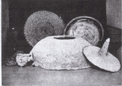 Malouinière de Rivasselou - English: Tabun oven set against backdrop showing a straw-woven plate and dough-kneading bowl (from the Museum of the Palestine Institute, Jerusalem)