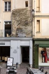 Enceinte fortifiée - Français:  Fragment de rempart émergeant des façades des immeubles de la place Rallier-du-Baty de Rennes (France).