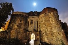 Enceinte fortifiée - Português: Antiga entrada da muralha que cercava Rennes na direção de Mordelles.