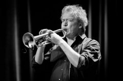 Eglise Saint-Laurent - English: Nils Petter Molvær at Cosmopolite. The concert was part of Kongshaugfestivalen and took place on 17. March 2019 in Oslo.   Lineup: Nils Petter Molvær (trumpet) Geir Sundstøl (guitar and lap steel guitar) Jo Berger Myhre (bass guitar) Erland Dahlen (drums and percussion)