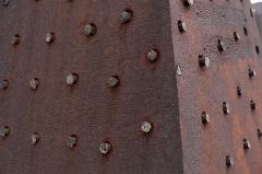 Tombeau Smith, ou Pyramide Smith, situé dans le cimetière du Crêt du Roc (cimetière Saint-Claude) - Français:   Détail de la pyramide de fonte du tombeau du juge Smith, Cimetière du Crêt-de-Roc, Saint-Étienne.
