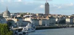 Ancien observatoire de la Marine - Français:   Ancien observatoire de la Marine - Nantes -  Vue depuis la butte Sainte-Anne - De gauche à droite Notre-Dame-du-Bon-Port, l\'escorteur d\'escadre Maillé-Brézé, la tour de l\'ancien observatoire de la Marine, la tour de Bretagne