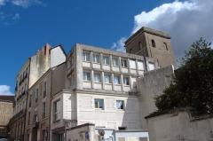 Ancien observatoire de la Marine - Français:   Ancien observatoire de la Marine - Nantes -  Depuis la rue de Flandres-Dunkerque-40 vue sur l\'ancien observatoire astronomique de la Marine. Sur la gauche après le bâtiment moderne se trouve le bâtiment de l\'ancienne école d\'hydrographie qui permet l\'accès à la tour.