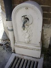 Hôtel Brachet, dit aussi hôtel de la Vieille Intendance - Hôtel de la Vieille Intendance, tribunal administratif d'Orléans (Loiret, France): fontaine dans la cour