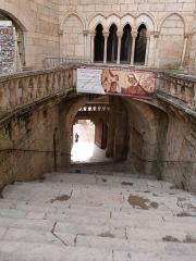 Parvis et escaliers de la cité religieuse - Français:   Vue depuis l\'esplanade du sanctuaire de l\'escalier d\'accès reliant la Porte Sainte au parvis (Rocamadour, Lot)