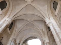 Parvis et escaliers de la cité religieuse - Français:   Voûte du passage de la porte Sainte, porte permettant l\'accès au sanctuaire de Rocamadour (Lot, france)