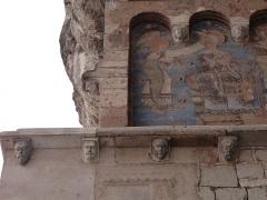 Chapelle Saint-Michel - Français:   Modillons situés sous la corniche d\'un mur de la chapelle Saint-Michel et vue partielle de la fresque murale (Sanctuaire de Rocamadour, Lot)