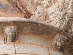Chapelle Saint-Michel - Français:   Modillons situés sous la corniche de l\'abside de la chapelle Saint-Michel (sanctuaire de Rocamadour, Lot)
