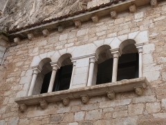 Chapelle Saint-Michel - Français:   Fenêtres géminées de la chapelle Saint-Michel vues depuis le parvis de la cité religieuse (Rocamadour, Lot)