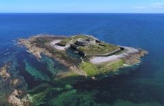 Fortifications des îles Saint-Marcouf - Français:   Vue aérienne de l\'île du Large (archipel de Saint-Marcouf).