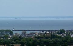 Fortifications des îles Saint-Marcouf - Français:   La Pernelle (Normandie, France). Vue sur la jetée de Saint-Vaast, les îles Saint-Marcouf et la côte du Bessin.