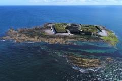 Fortifications des îles Saint-Marcouf - Français:   Vue aérienne de l\'île Saint-Marcouf du large, 2017