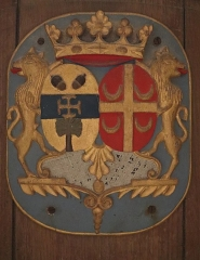 Eglise paroissiale Saint-Sixte - Église Saint-Sixte de La Chapelle-Rainsouin (53). Intérieur de la chapelle sud dite chapelle du château. Banc seigneurial. Armes d'alliance.