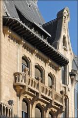 Maison -  L'ancienne banque Renauld, conçue dans le style art nouveau par les architectes Emile André (1871-1933) et Paul Charbonnier (1865-1953) a été ouverte en 1910. Elle est occupée aujourd'hui par la BNP-Paribas. Les ferronneries visibles dans le hall d'entrée et sur la façade sont de Louis Majorelle.  www.nancy-guide.net/index.php/Histoire/Thematique-:-Ecole...