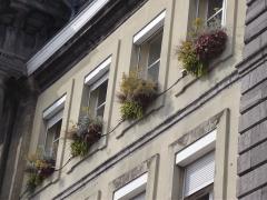 Hôtel de ville - Nederlands: Bloembakken bij de vensters van het stadshuis van Condé