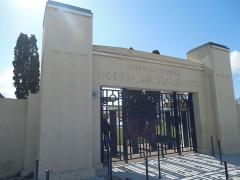 Stade-parc et école de natation - Français:   Entrée monumentale de la piscine avec grille en fer forgé bleu. Symétrie apparente.