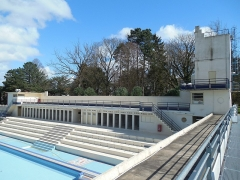 Stade-parc et école de natation - Français:   Vue de la passerelle. Gradins, cabines.