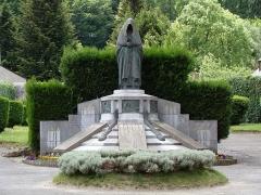 Monument aux morts - Français:   Campan - Monuments aux morts - sculpture d\'Edmond Chrétien - Femme au Capulet