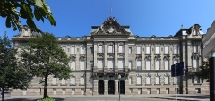 Ancien bâtiment ministériel (ouest) , actuellement Direction régionale des impôts, Direction des services fiscaux du Bas-Rhin (4 place de la République) , Trésorerie générale de la région Alsace et du département du Bas-Rhin (25 avenue des Vosges) - Français:   Hôtel des impôts de Strasbourg.