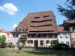 Ancien hôpital dit Maison du sel - Deutsch:   Wissembourg (deutsch Weißenburg, im lokalen südpfälzischen Dialekt Weisseburch) ist eine französische Stadt mit 7662 Einwohnern (2015) im Département Bas-Rhin in der Region Grand Est.