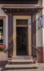 Brasserie Fischer -  Le restaurant à l'Étoile d'Or met à l'honneur des vignes si omniprésentes dans la région dans ce bel encadrement de porte.