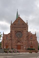 Eglise catholique Saint-Etienne - Deutsch: Église Saint-Éttienne de Cernay. Das Kirchengebäude ist ein historisches Denkmal der französischen Stadt Cernay (Haut-Rhin). Die Stadt mit etwa 12.000 Einwohnern liegt an der Ostflanke der Vogesen und ist Ausgangspunkt der Route des Crétes (eine 77 Kilometer lange Vogesenkammstraße).