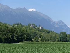 Château du Bettonnet - English: Sight, from the plain, of Betton-Bettonet church and castle, with visible the Arclusaz mountain at the background, in Savoie, France.