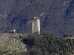 Site archéologique de Chignin - English: Sight, from Myans, of three of the tours de Chignin medieval towers, in Chignin, Savoie, France.