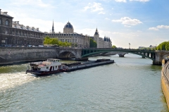 Tribunal de commerce de Paris - English: Barges on Seine River, Paris.