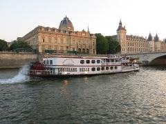 Tribunal de commerce de Paris - English: The Louisiane Belle, largest paddle-wheel riverboat on the Seine river, passing the tribunal de commerce in Paris, France.