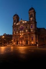 Église Saint-François-Xavier -  Façade principale de l'église Saint-François-Xavier à Paris.