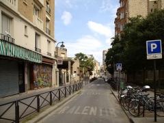 Groupe scolaire - Français:   La rue Küss à Paris, vue vers l\'est depuis l\'intersection avec la rue Brillat-Savarin