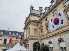 Mairie du 15e arrondissement - Français:   Pour la fête du Kimshi, de grands drapeaux de la France et de la Corée du Sud sont disposés sur les façades de la mairie du 15ème arrondissement de Paris.