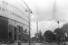 Maison de la Radio - English: Henry Bernard (French, 1912-1994): Maison de Radio France, 1963, headquarters of the national radio broadcast company in Paris, with the Eiffel tower in the background.