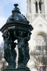 Église Notre-Dame-de-la-Croix - English: A Wallace fountain with the église Notre-Dame-de-la-Croix de Ménilmontant on the square Maurice-Chevalier in Paris, France.